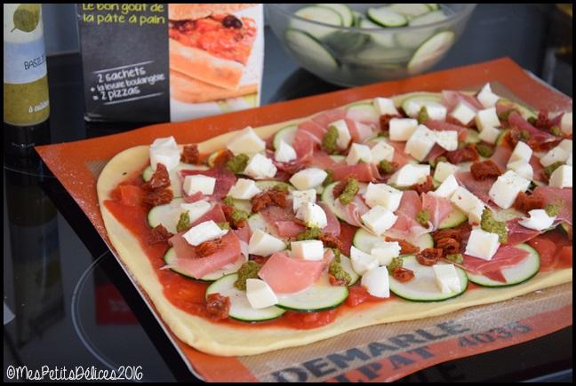 pizza courgette 1C Pizza à la courgette, jambon cru, mozzarella et basilic