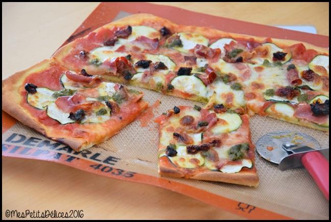 pizza courgette 4C Pizza à la courgette, jambon cru, mozzarella et basilic