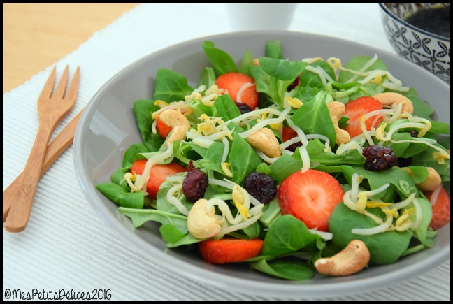 salade cajou fraise 2C ☀ Recette fraîcheur ☀ : Salade de mâche et roquette à la noix de cajou, cranberry et fraises