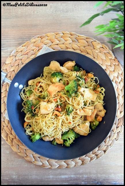 wok de nouilles au brocolis et au poulet 1C Wok de nouilles au poulet et brocolis