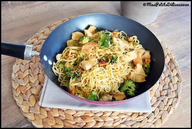 wok de nouilles au brocolis et au poulet 2C Wok de nouilles au poulet et brocolis